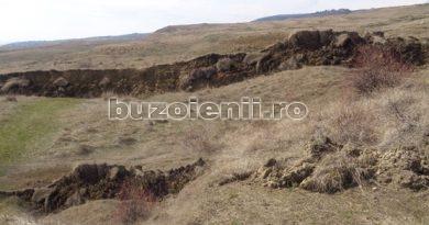 """Săteni îngrijorați. Alunecare de teren amenințătoare. """"Așa arată dealul Ciuhoiu. Casele au luat-o la vale"""""""